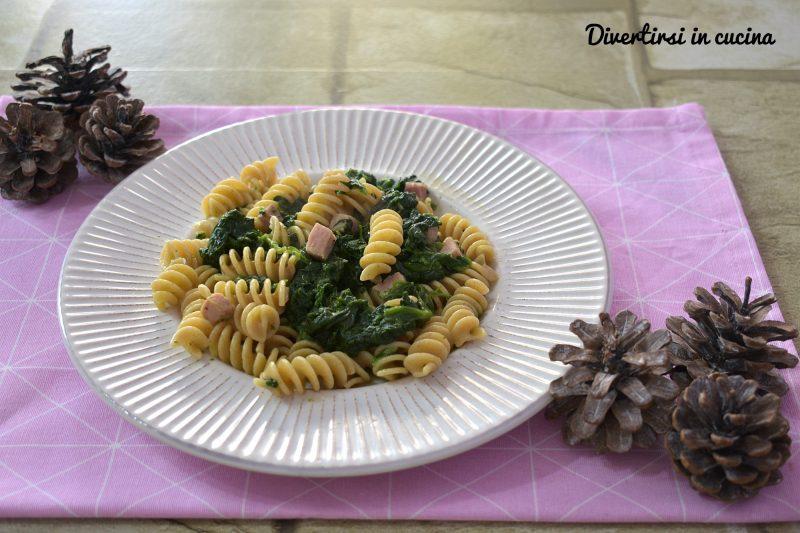 Pasta con spinaci e prosciutto cotto