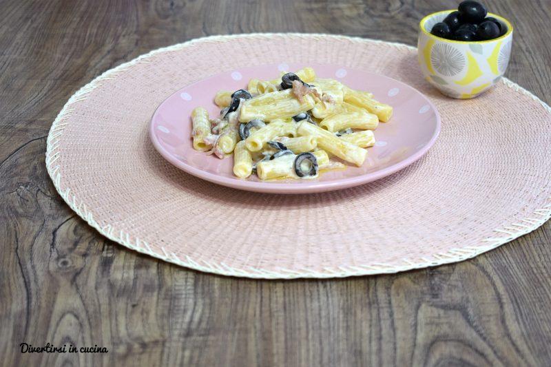 Pasta con prosciutto olive e panna