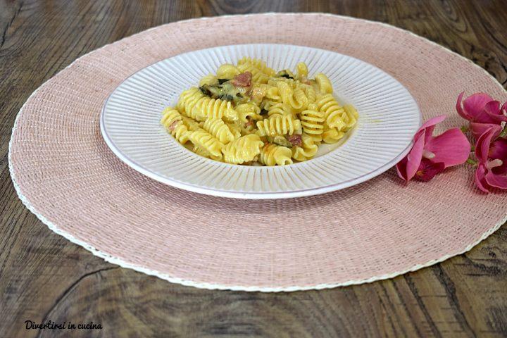 Pasta con zucchine e pancetta cremosa