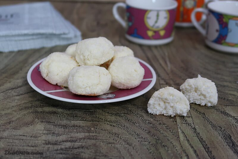 Biscotti light al cocco con tre ingredienti