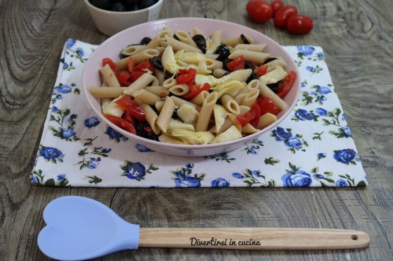 Pasta fredda con carciofini pomodorini e olive