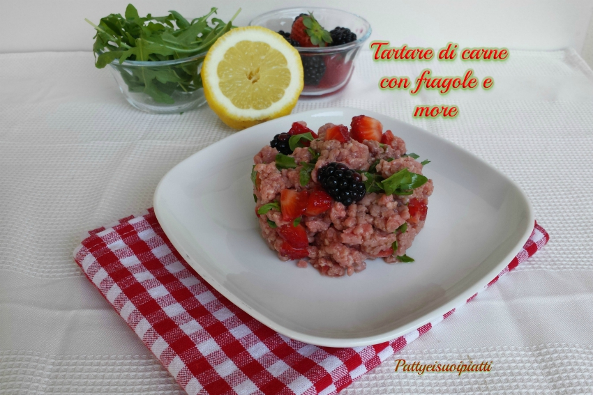 Tartare di carne con fragole e more