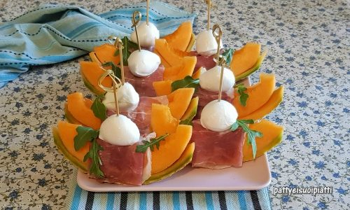 Barchette di melone con crudo e mozzarella