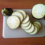 2) mondate e affettate la melanzana