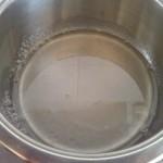 3) versate lo zucchero nell'acqua