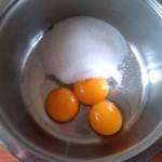 4) preparate la crema con i tuorli e lo zucchero