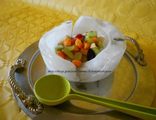 Macedonia di frutta con contenitore ghiacciato