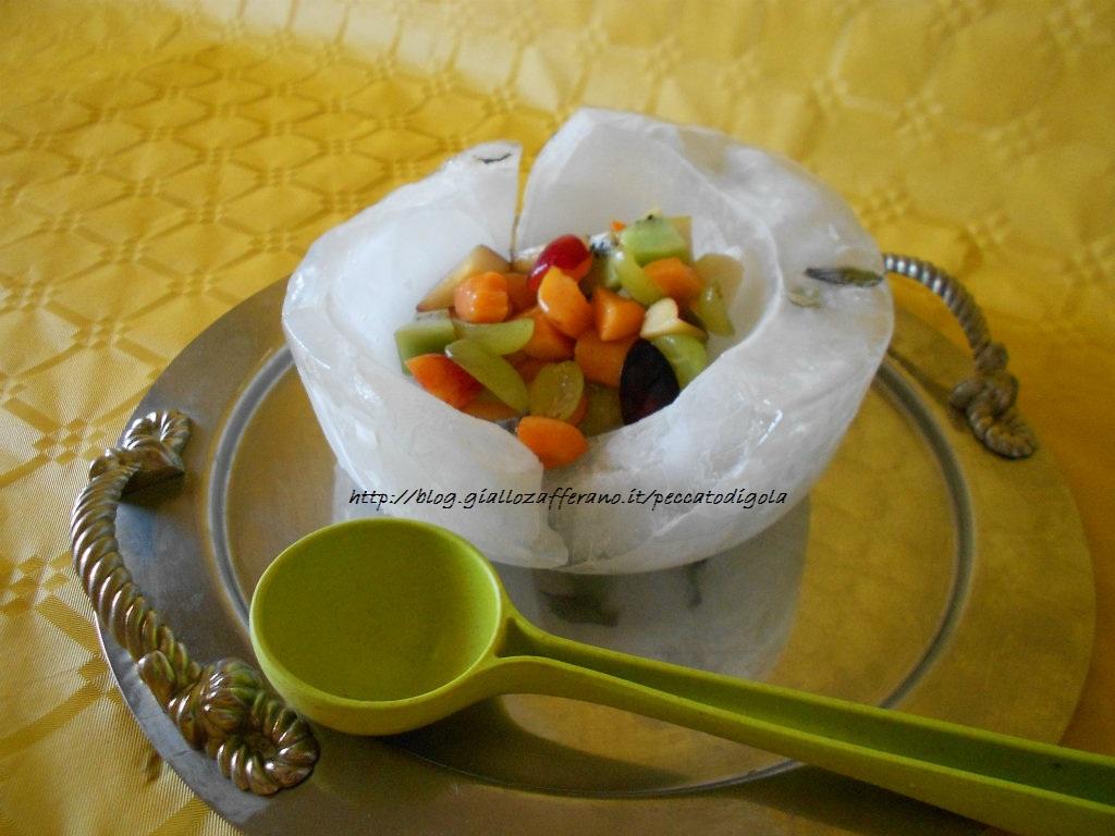 3) la macedonia di frutta con contenitore ghiacciato pronta
