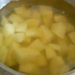 6) cuocete le patate nel brodo