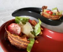Caesar salad nel cestino di pancetta
