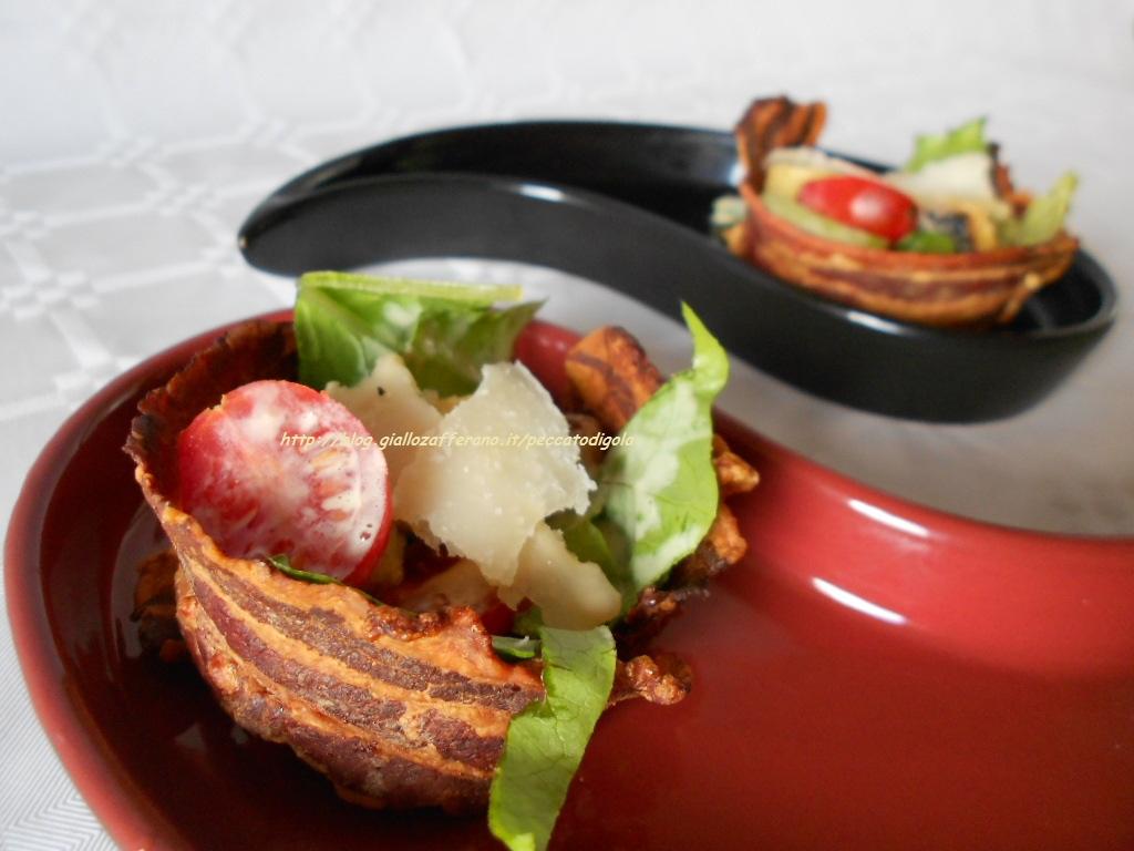 la Caesar salad nel cestino di pancetta pronta