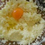 2) lavorate zucchero e burro e poi le uova