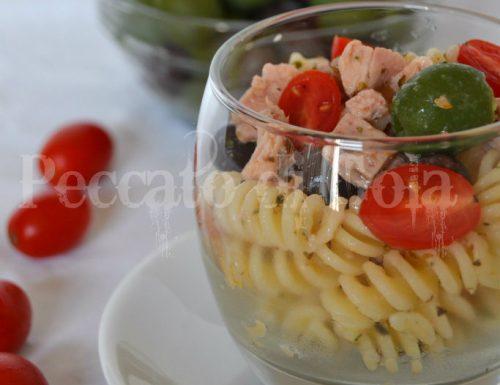 Insalata di pasta tonno, olive e pomodorini
