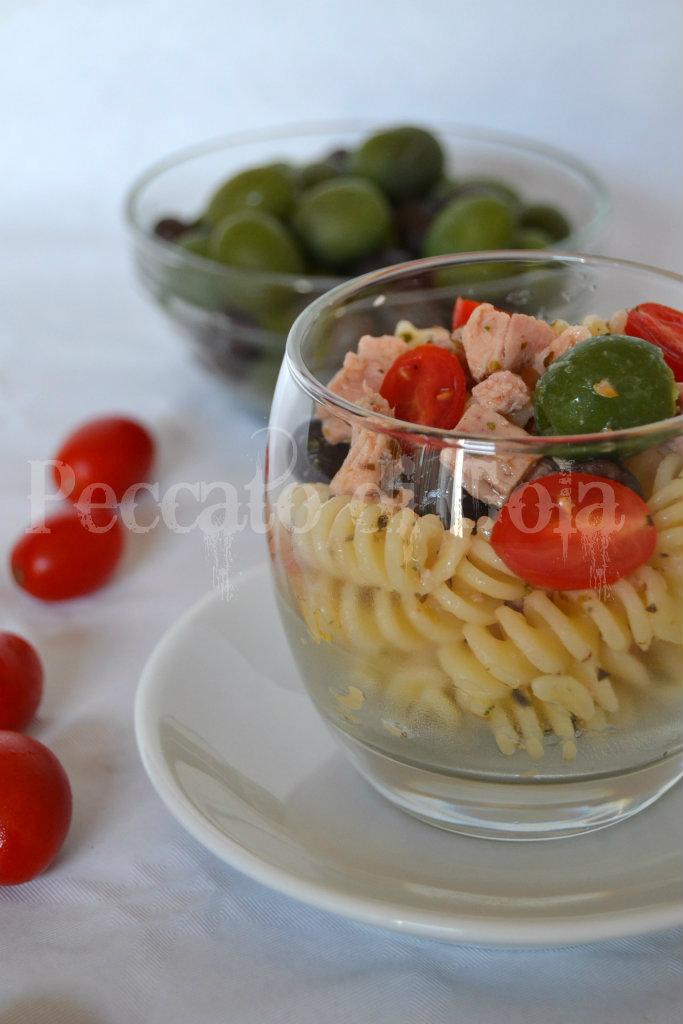 insalata di pasta tonno, olive e pomodorini, peccato di gola