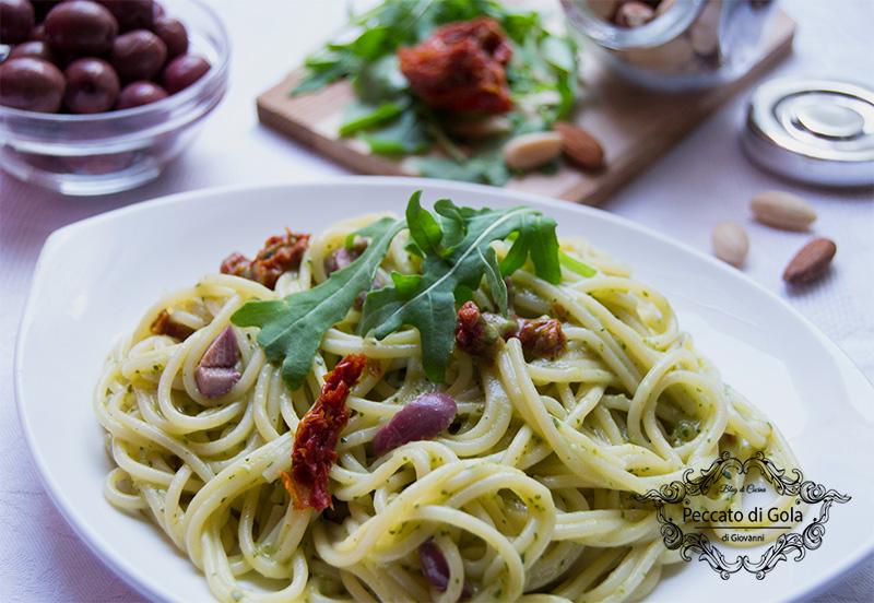 ricetta pasta al pesto di rucola con pomodori secchi e olive, peccato di gola