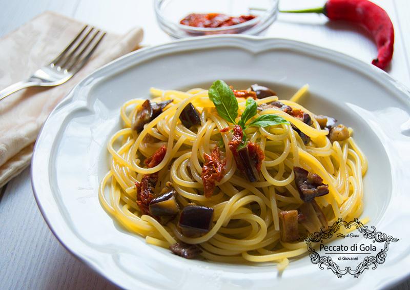 ricetta spaghetti melanzane e pomodori secchi, peccato di gola