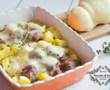Salsiccia, patate e scamorza al forno