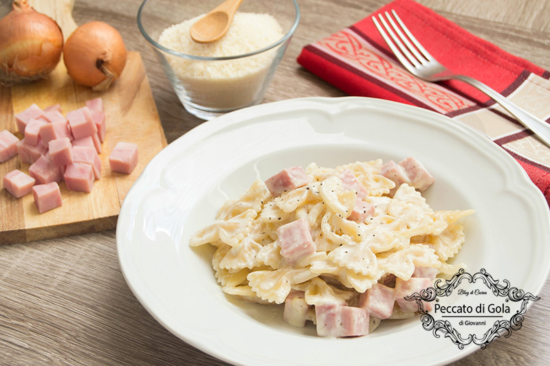 Pasta con panna acida e cotto