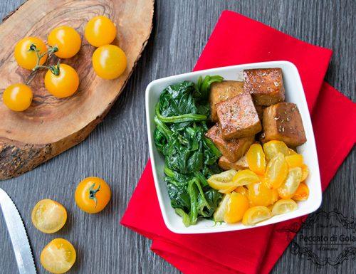 Tofu con spinaci e pomodori gialli