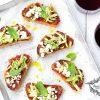 ricetta crostoni al pesto di pomodori secchi con zucchine e feta, peccato di gola di giovanni