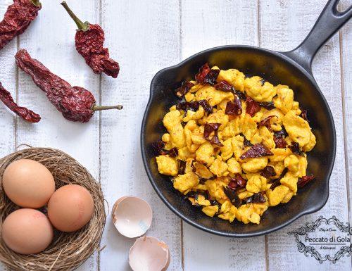 Uova strapazzate con peperoni cruschi