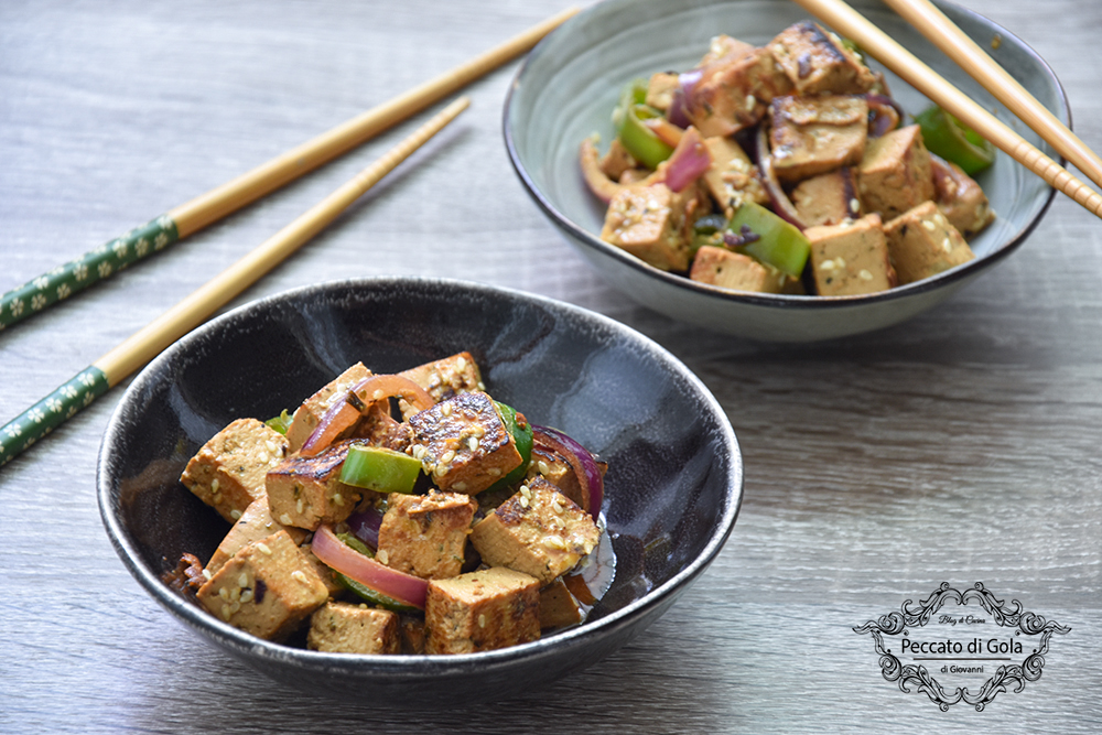 Tofu con peperoncini verdi e cipolle