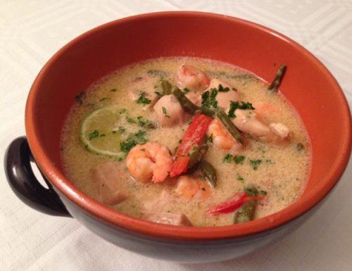 Zuppa thai con pollo e gamberi