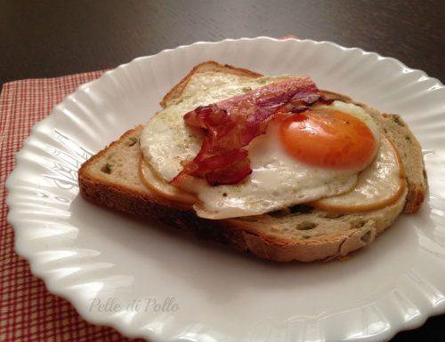 Crostone con uova e bacon croccante