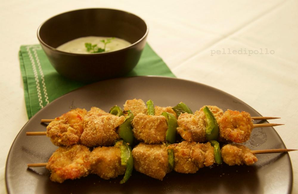 Spiedini di pesce e gamberi con salsa allo yogurt pelle for Spiedini di pesce gratinati