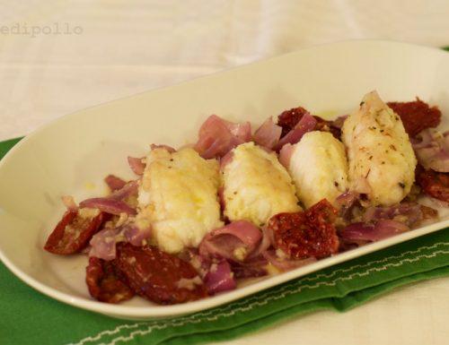 Coda di rospo in padella con pomodori secchi