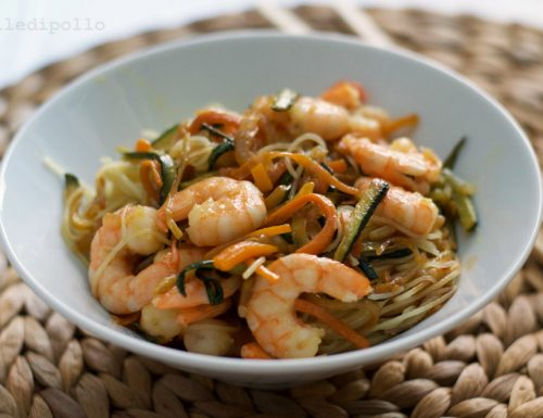 Noodles con gamberi e verdure saltate