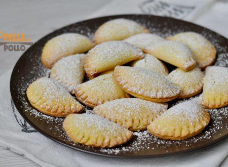 Tortelli dolci al forno ripieni di crema al cioccolato