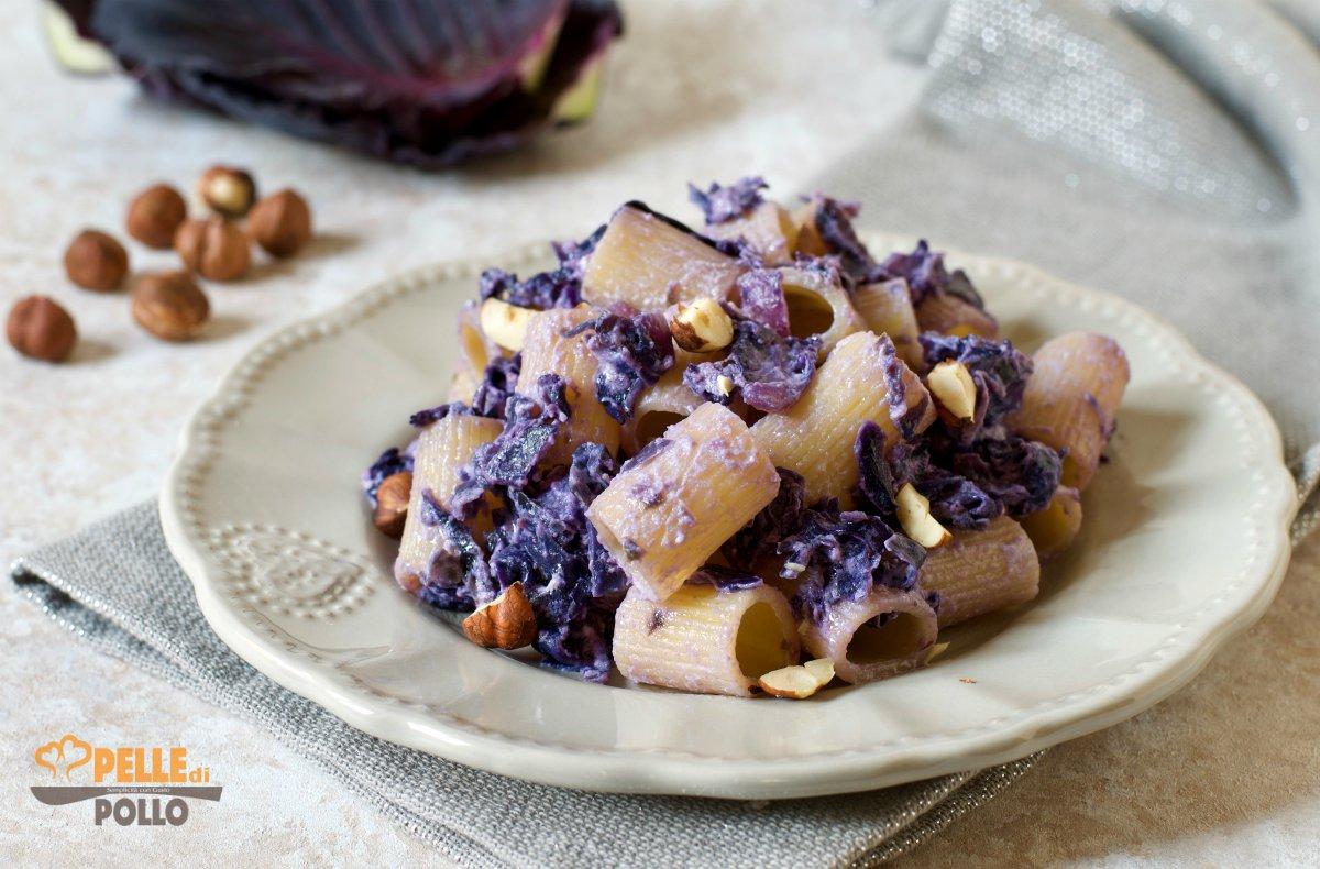 pasta con cavolo viola e nocciole