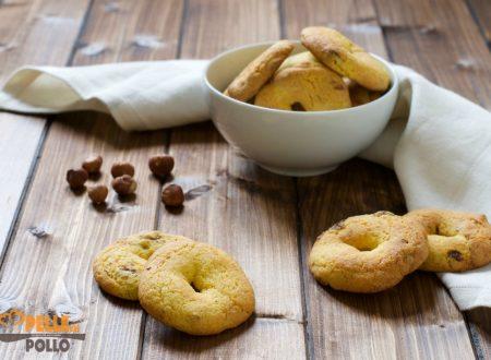 Biscotti con farina di mais, nocciole e uvetta
