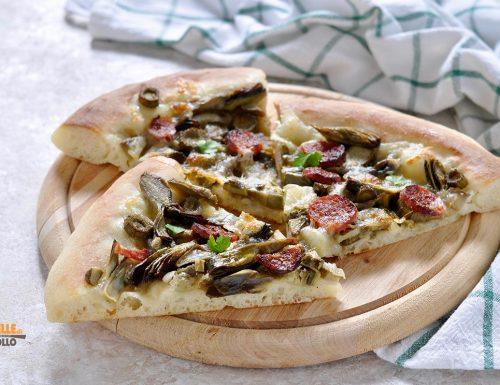 Pizza ai carciofi con salame e mozzarella