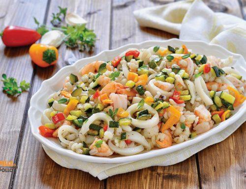 Insalata di mare con orzo e verdure