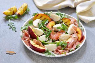 insalata con pesche crudo e mozzarella