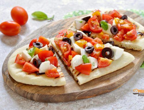 Flatbread alla piastra con pomodori e mozzarella