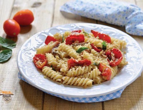 Pasta con pomodorini confit, alici e pane croccante