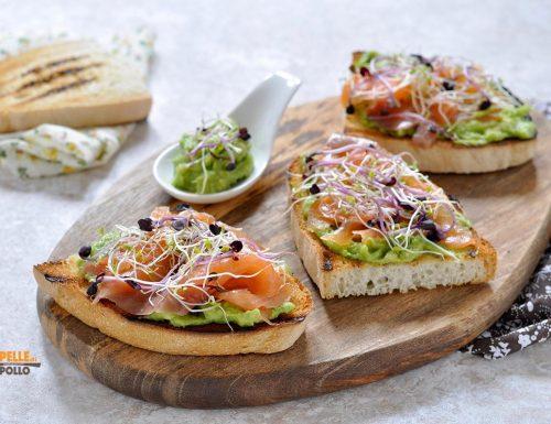 Crostoni con salmone affumicato, avocado e germogli