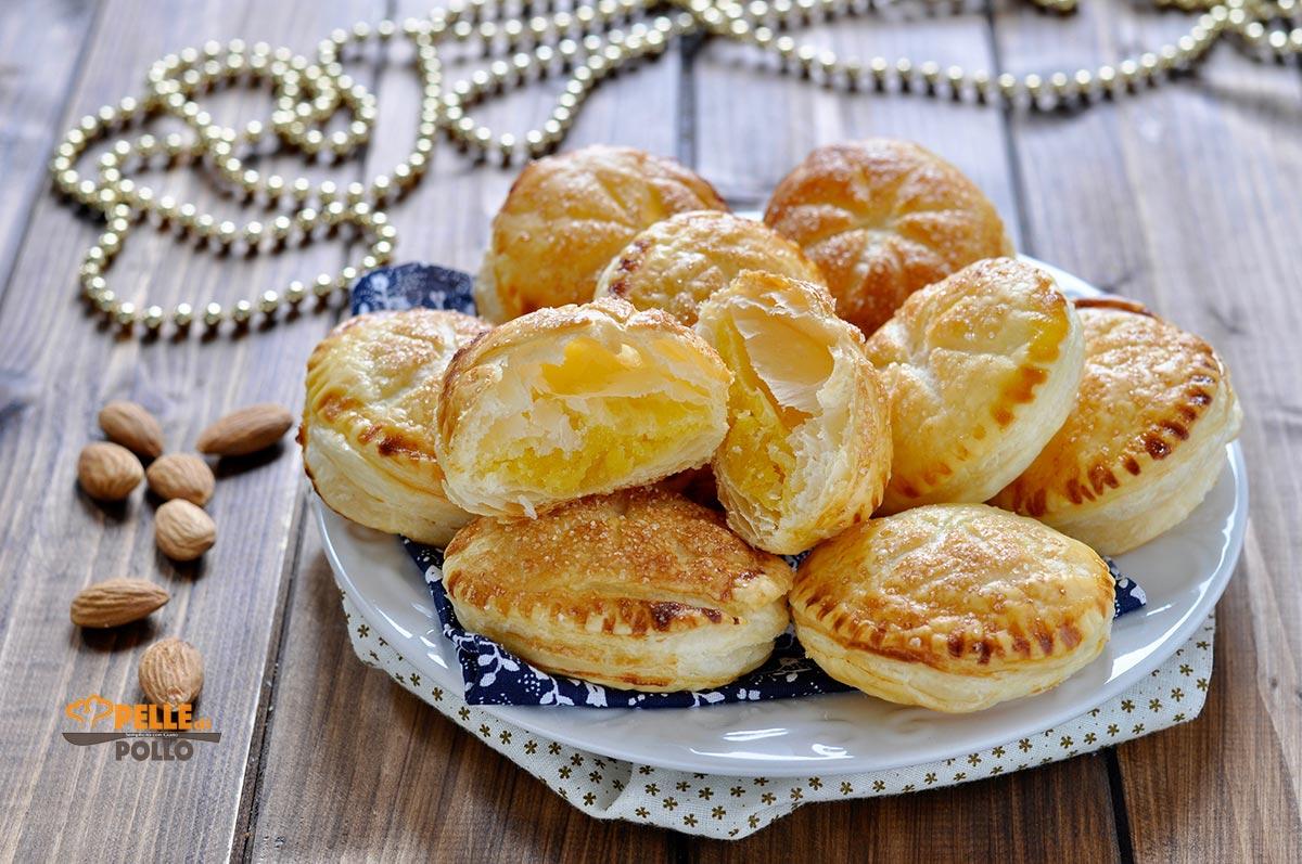 tortine di pasta sfoglia con crema alle mandorle