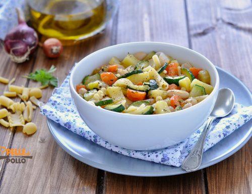 Minestrone con zucchine e fagioli cannellini