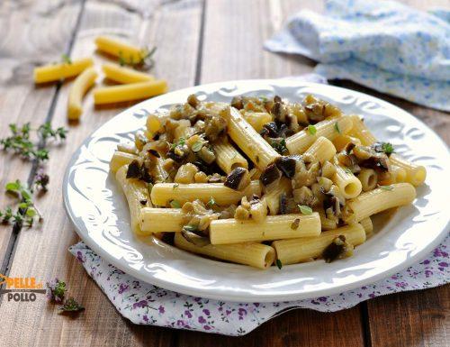 Pasta alle melanzane con trito di olive ed erbe