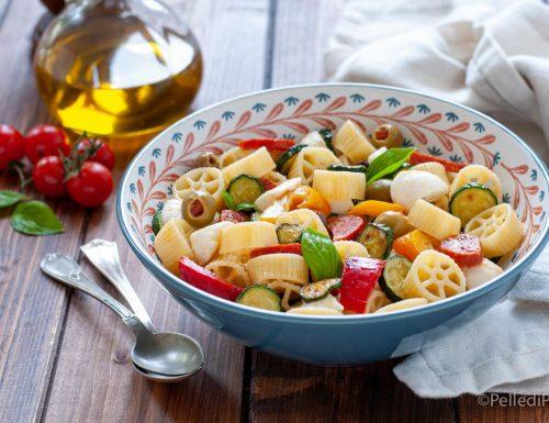 Insalata di pasta con mozzarella e verdure