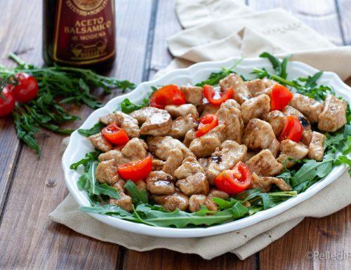 Straccetti di pollo al balsamico con rucola e pomodori