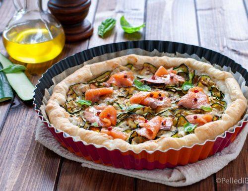 Torta di sfoglia con zucchine grigliate e salmone