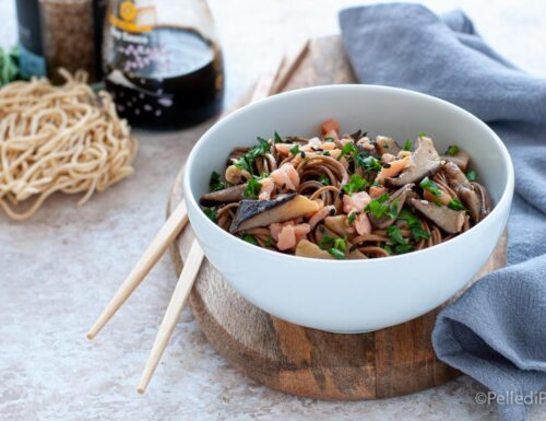 Noodles con salmone affumicato e funghi cardoncelli