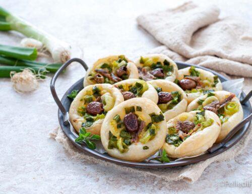 Tartellette di sfoglia con cipollotti, olive e alici