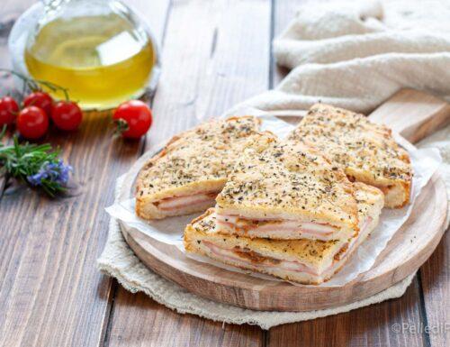 Focaccia veloce ripiena con mortadella, provola e pomodori secchi