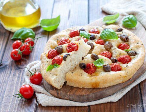 Focaccia soffice con pomodorini e olive